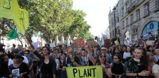 Manifestantes da Extinction Rebellion fazem protesto em frente à embaixada brasileira em Londres nesta sexta-feira (23). — Foto: Isabel Infantes/AFP
