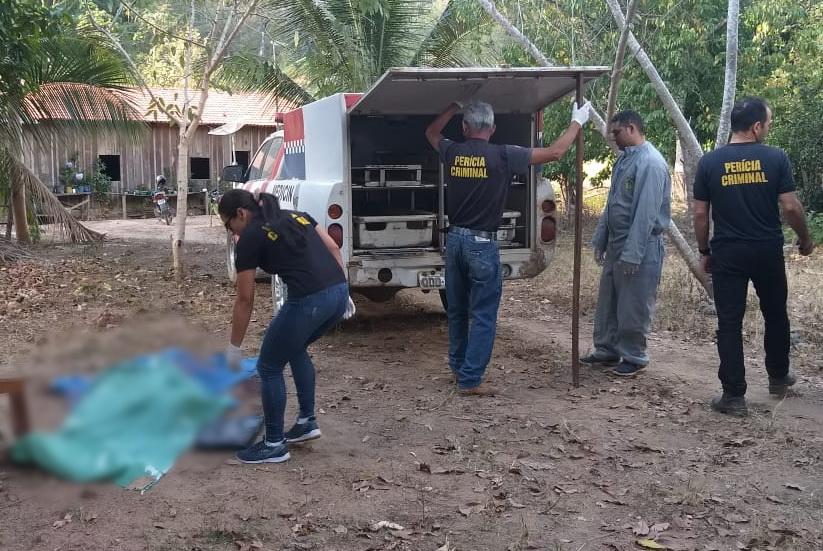 IML remove corpo da vítima, executada a tiros dentro da própria terra onde vivia/Fotos: Ronaldo Modesto