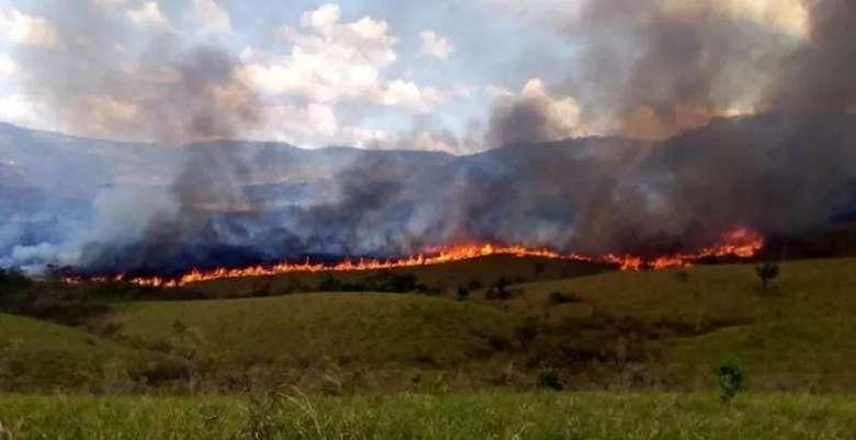 Ao todo, 40 brigadistas da mineradora Vale, parceira do ICMBio, trabalham para tentar debelaras chamas/ Fotos: ICMBio
