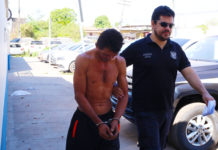 Momento em que Alvino é conduzido por policial para audiência corpo de delito no IML/ Foto: Evangelista Rocha