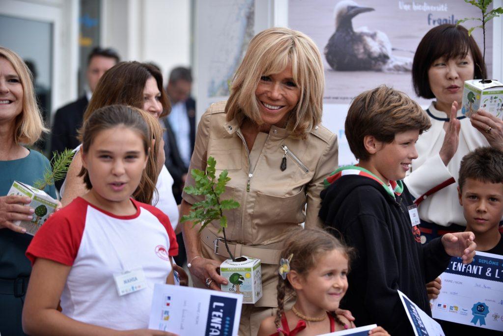 Primeira-dama da França ficou emocionada com mensagens de apoio nas redes