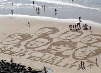 Os rostos dos líderes participantes do G7, reproduzidos na areia pelo artista Sam Dougados, são vistos em praia de Biarritz, na sexta-feira (23) — Foto: Reuters/Regis Duvignau