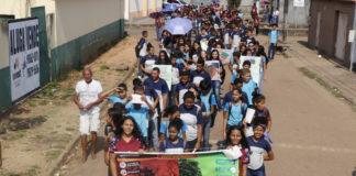 Estudantes durante a passeata de conscientização contra queimadas em Morada Nova