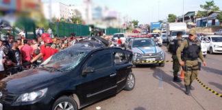 Automóvel da vítima rodopiou várias vezes na pista após ser atingido pela caçamba/ Fotos: Josseli Carvalho e Evangelista Rocha