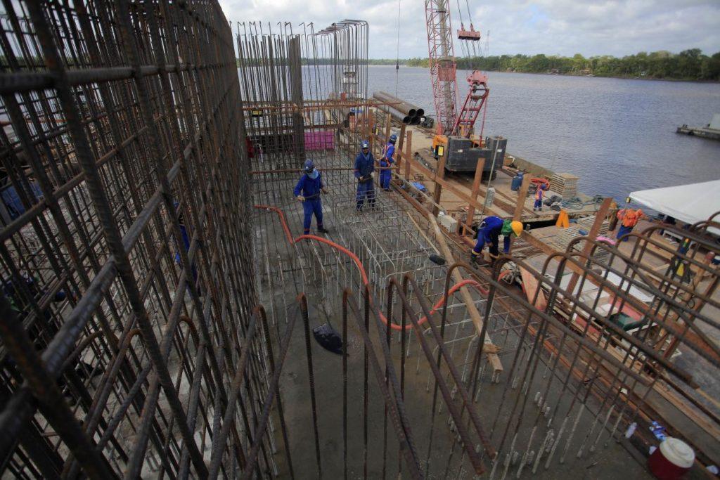 Trabalhadores atuam na concretagem do bloco do mastro que sustentará a pista/ Foto: Maycon Nunes