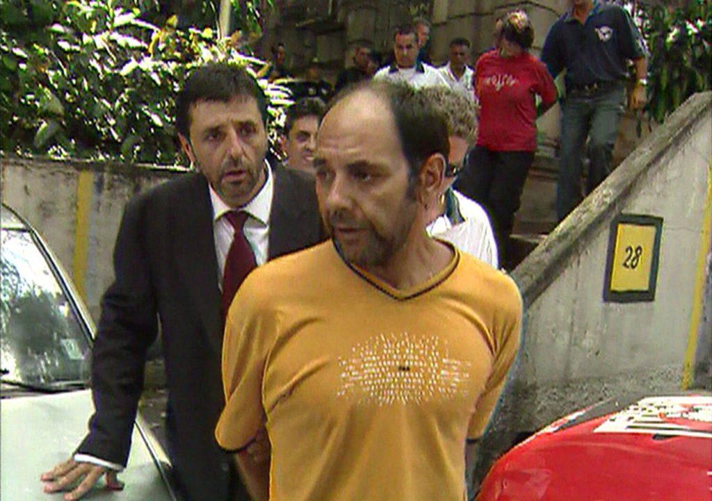 Norambuena [de amarelo] e outros presos são levados por policiais — Foto: Reprodução/Arquivo/TV Globo