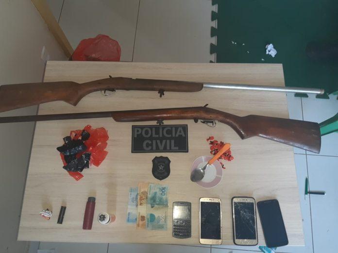 Operação da PC apreendeu 2 armas de fogo do tipo espingarda e 24 porções de oxi. — Foto: Polícia Civil