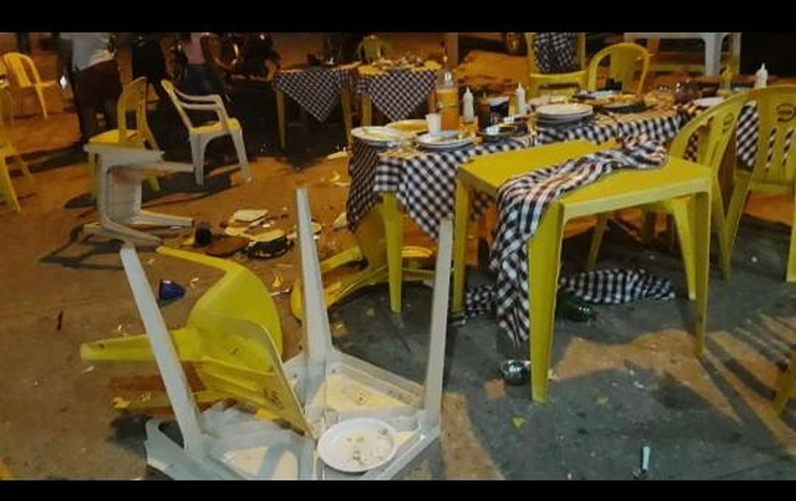 Cadeiras, mesas, pratos, garrafas e copos da pizzaria foram danificados. — Foto: Reprodução