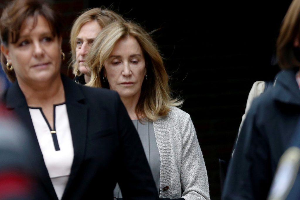 Felicity Huffman é condenada a 14 dias de prisão e multa de US$ 30 mil após fraude para filha ser aprovada em faculdade