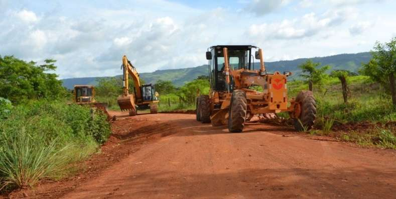 Prefeitura inicia obras na estrada da vila Carimã