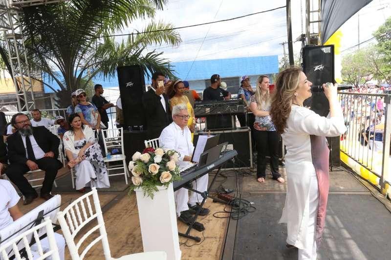 Palco da Prefeitura tem de Lucinha Bastos a canto lírico à Nossa Senhora