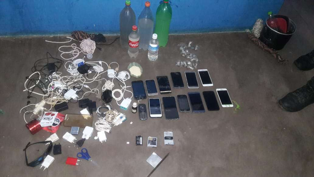 Revista encontra 14 celulares e 22 trouxas de maconha no CRAMA