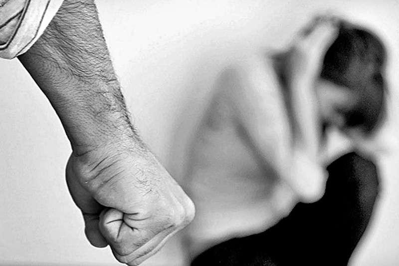 Violência doméstica: homem quebra portão de residência e agride companheira