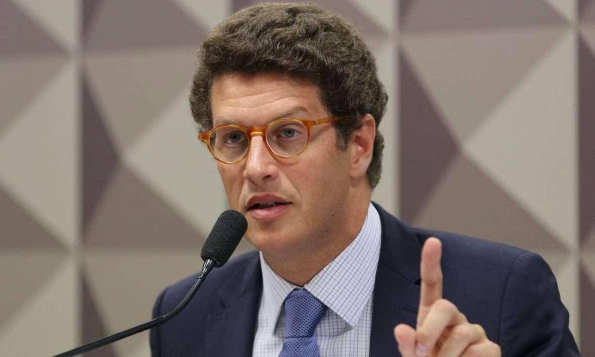 Salles insinua que Greenpeace pode ter derramado óleo na costa brasileira