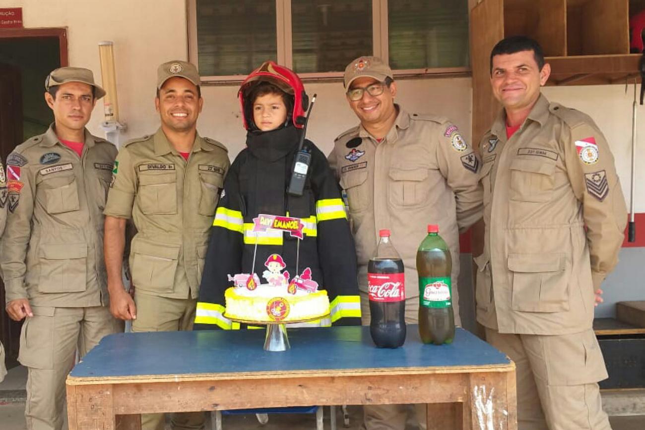 Parauapebas: Menino realiza sonho e comemora 7 anos no quartel do Corpo de Bombeiros